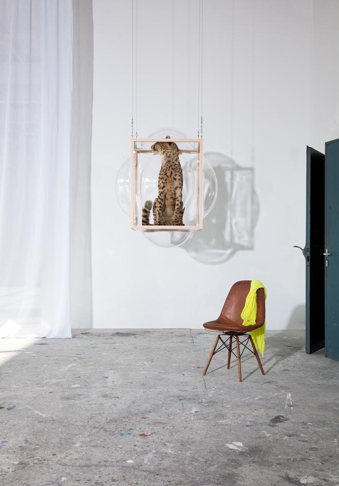 LARGE-hanging-showcase-curatorcabinet-Studio_Thier&VanDaalen-vert-yel